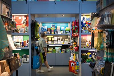 Moveable shelving kiosk stores retail items